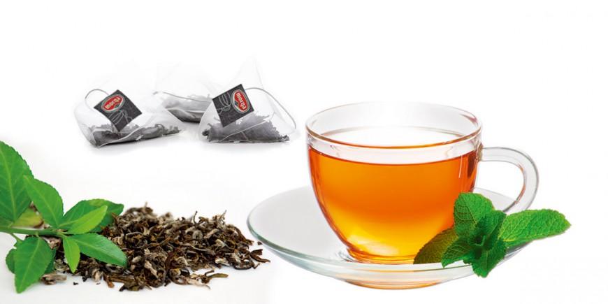 Eine Tasse mit Tee, Teeblätter und Morga Schwarztee Pyramidenbeutel