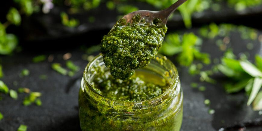 Basilikum-Pesto mit Hefeflocken